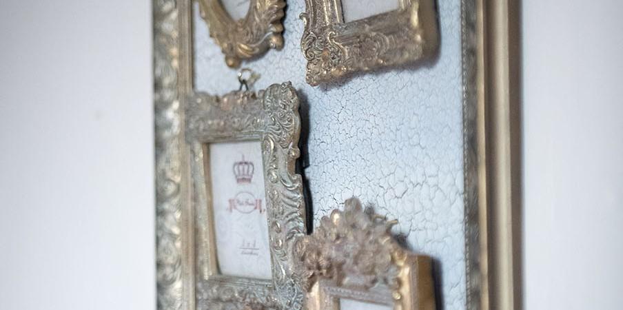 ramki na ścianach sali
