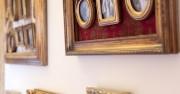 ramki na ścianach sali weselnej